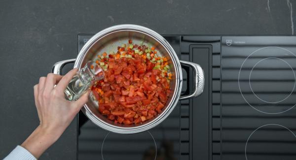 """Unire i pomodori e il vino bianco. Mettere le cozze nell'inserto """"2 in 1"""", collocarlo sopra la salsa di verdure e pomodori e coprire con il coperchio."""