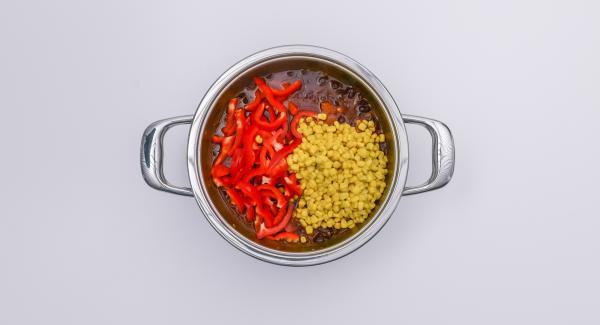 Al termine del tempo di cottura, attendere l'apertura di Secuquick. Aggiungere i peperoni e far sobbollire per ca. 10 minuti senza coperchio. Unire il mais e portare nuovamente a bollore.