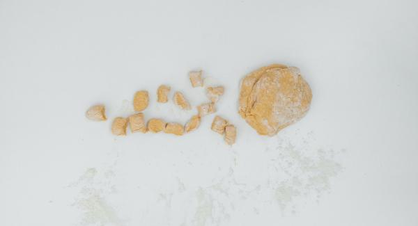 Sulla spianatoia infarinata, dividere la pasta in rotolini, tagliarli a pezzetti e passarli su una forchetta per dargli la tipica forma degli gnocchi.