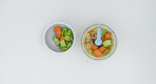Pelare le cipolle e le carote, mondare il sedano e tritarli finemente nel Tritamix un po' alla volta.