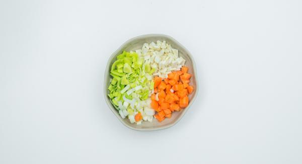 Mondare le verdure e tagliarle a pezzettini.