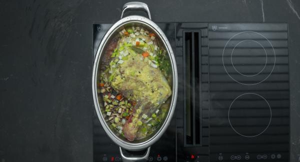 """Aggiungere le verdure insieme con la foglia di alloro, il brodo e il vino rosso. Riscaldare a fuoco massimo fino alla finestra """"verdura"""" e far stufare a calore basso per ca. 2 ore e 30 minuti con l'aiuto di Audiotherm."""