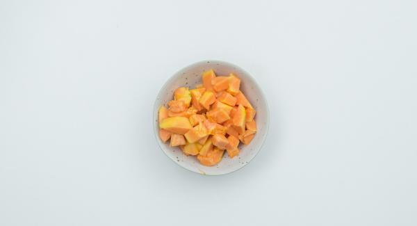 Sbucciare la papaya, tagliarla a metà, rimuovere il nocciolo aiutandosi con un cucchiaio e tagliare la polpa a dadini. Togliere il cosciotto di agnello e farlo riposare avvolto in un foglio di alluminio. Passare a un colino il fondo di cottura e la verdura e cuocere a fuoco vivo per qualche minuto.