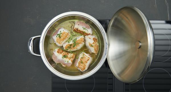 """Aggiungere il brodo di pollo e il timo, impostare sul livello massimo, riscaldare fino alla finestra """"verdura"""" e con Audiotherm completare la cottura per ulteriori 20 minuti."""