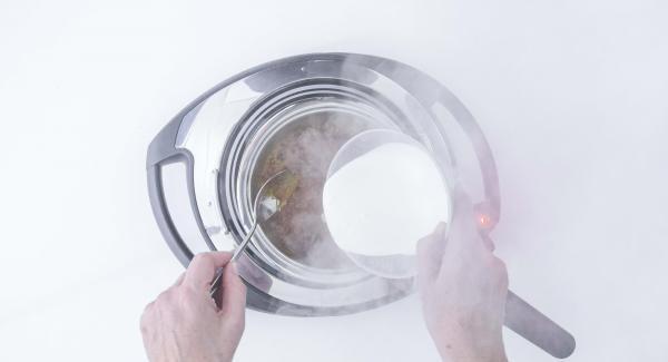 Quando il caramello è pronto, aggiungere il sale e aggiungere la panna (meglio se a temperatura ambiente) e mescolare.
