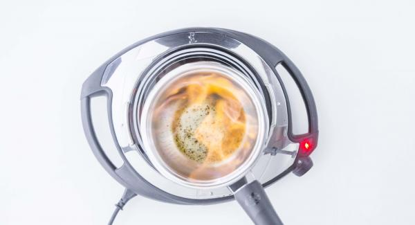 Mettere la Sauteuse su Navigenio impostato a livello 4 e aggiungere il pepe tritato. Quando comincia a scaldarsi, aggiungere il brandy e fiammeggiare con cautela sino allo spegnimento della fiamma.
