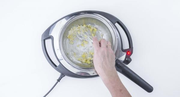 Posizionare la Sauteuse con il burro su Navigenio impostato a livello 4. Quando comincia a fare le bollicine, abbassare Navigenio a livello 2, aggiungere la farina e mescolare con l'aiuto di 1 bacchetta. Cuocere per 1 minuto.