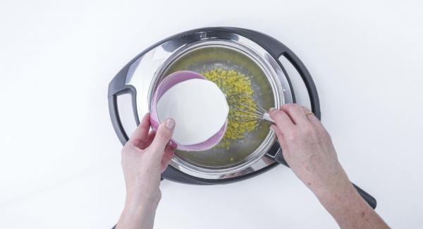 Aggiungere lentamente il latte e la panna. Regolare Navigenio a livello 4 e portare a ebollizione, senza smettere di mescolare, sino ad ottenere un composto denso.