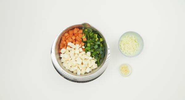 Mondare e tagliare a pezzetti gli odori, ripelare e tagliare a dadini le cipolle e l'aglio.