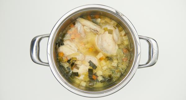 Far raffreddare il pollo per qualche minuto, estrarlo e passare il brodo a un colino (rivestito con un panno).