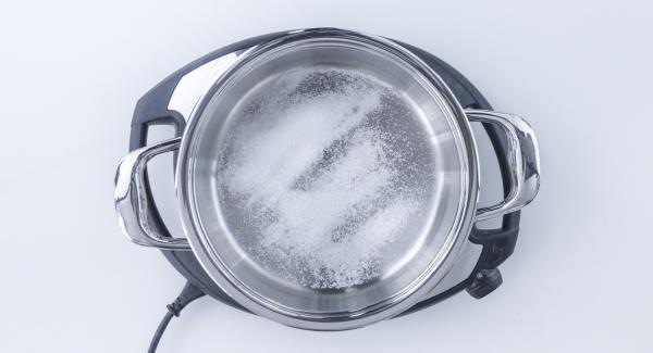 Mettere nell'unità a freddo 2 cucchiai di zucchero e il succo di limone.