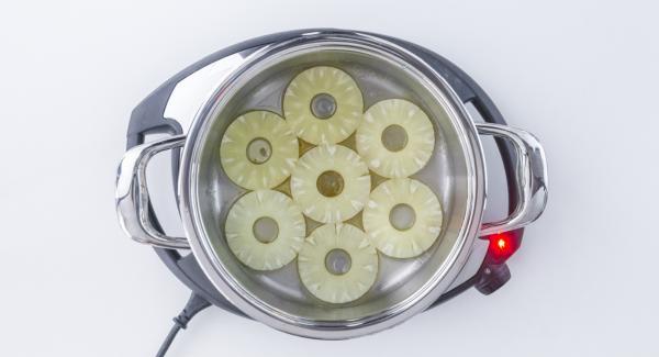 Far raffreddare (ca. 5 minuti) e mettere le fette di ananas.