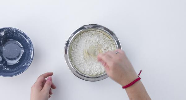 Aggiungere la farina poco a poco sino ad amalgamare il tutto.