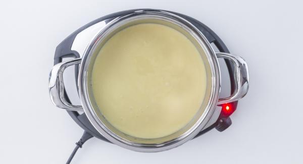 Porre l'unità su Navigenio impostato a livello 2 e versare il composto nell'unità di cottura sull'ananas e sul caramello.