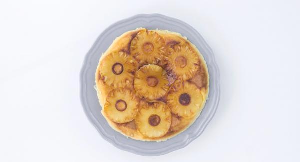 Girare la torta con l'aiuto di un piatto ed è pronta!
