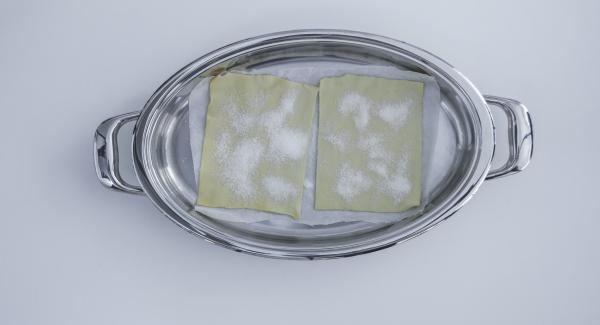 Mettere la pasta sfoglia con la carta da forno nell'Ovale e e coprire con il coperchio.