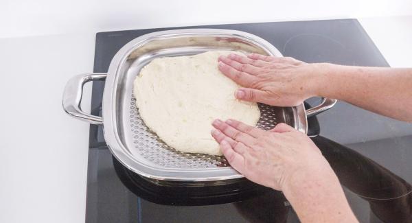 Ungere Arondo con una goccia d'olio. Mettere l'impasto al suo interno e stenderlo bene fino a coprire tutta l'unità, con le mani bagnate.