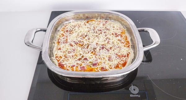 Distribuire gli ingredienti a piacere e cospargere con la mozzarella.