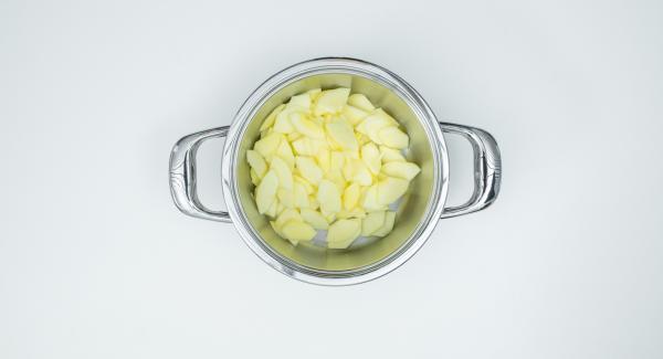 Sbucciare le mele, tagliarle in quarti, togliere i semi e il torsolo e tagliarle a fette. Metterle nell'Unità di cottura 20 cm 3.0 l.