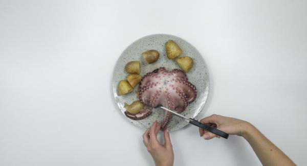 Rimuovere Secuquick, estrarre il polipo e le patate dall'Unità e scolarli. Tagliare i tentacoli a pezzi con le forbici. Pelare e tagliare a pezzetti le patate.