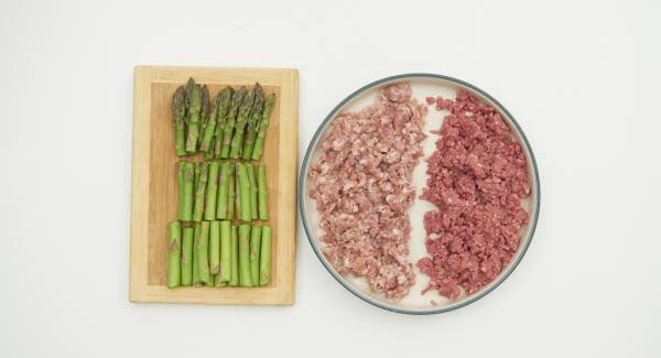 Pelare la carota e lo scalogno e tritarli con Tritamix. Tagliare gli asparagi in tre pezzi e sbriciolare la la salsiccia.