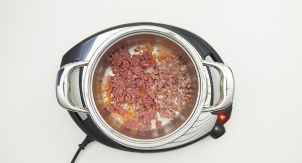 Al suono di Audiotherm, mettere nella pentola la salsiccia, la carne macinata e rosolare. Sfumare con il vino bianco. Mescolare i fusilli, il brodo, i piselli e metà degli asparagi. Chiudere Secuquick.
