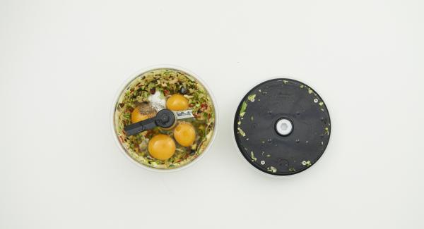 Pulire le verdure e tritarle insieme alle olive con Tritamix. Aggiungere le uova, l'olio evo, sale e pepe e mescolare nuovamente con Tritamix.