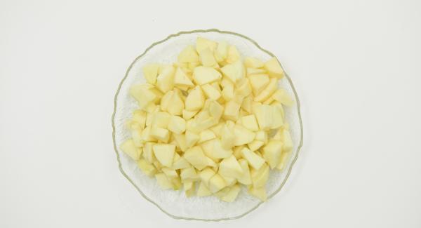 Lavare e sbucciare le mele e tagliarle a pezzetti.
