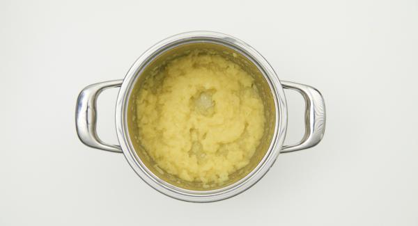 Al termine, frullare grossolanamente le mele con un frullatore a immersione e aggiungere a piacere mandorle, cannella o zucchero.