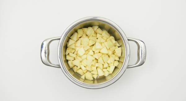 """Mettere le mele ancora bagnate d'acqua nelle pentola, posizionarla sul fornello impostato a regolazione alta. Accendere Audiotherm, inserire un tempo di 10 minuti, applicarlo su Visiotherm e ruotare fino a quando compare il simbolo """"verdura""""."""