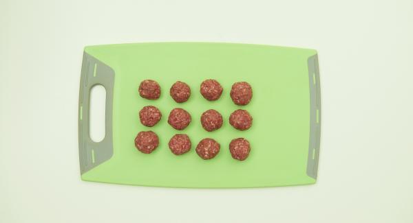 Condire la carne tritata con la salsa barbecue, sale e pepe e impastare bene. Formare delle polpettine (ca. 2-3 cm).
