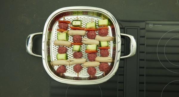 Adagiarvi gli spiedini e grigliare a calore basso fino ai 90°C.