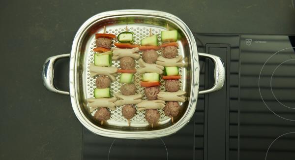 Girarli e continuare la cottura con il coperchio per ca. 5 minuti.