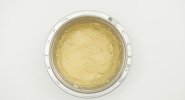 In una bacinella Combi amalgamare il burro con lo zucchero fino a quando non si ottiene un composto omogeneo, aggiungere lo zucchero vanigliato, la scorza di limone e l'uovo.