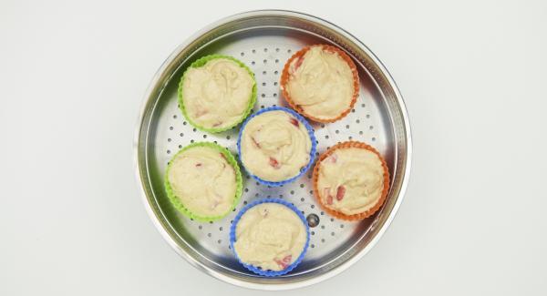 Imburrare degli stampini in silicone (ca. 50 ml), distribuire l'impasto e mettere gli stampini nella Softiera.