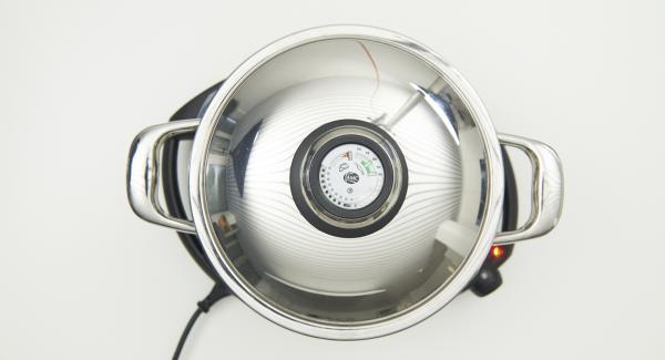 Al suono di Audiotherm, posizionare la Softiera con gli stampini all'interno della pentola, coprire con il coperchio e abbassare Navigenio a livello 2. Cuocere per circa 15 minuti.