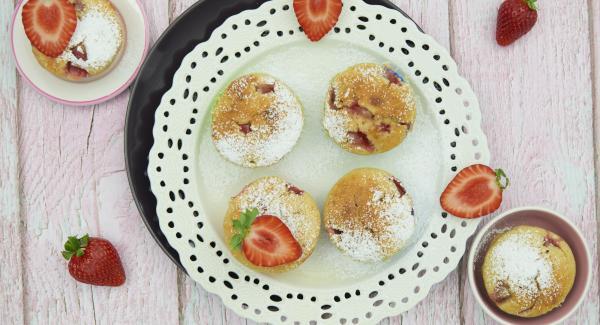 Lasciar raffreddare i muffin e servire spolverati con zucchero a velo.