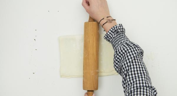 Cospargere metà dell'impasto con rosmarino, parmigiano e sale. Piegare sopra l'altra metà e stenderla con un mattarello. Piegare di nuovo la pasta su se stessa e stenderla. Tagliare la sfoglia in strisce larghe 2 cm.