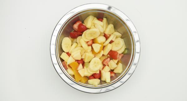 Mettere tutta la frutta tagliata in una Bacinella Combi 24 cm.