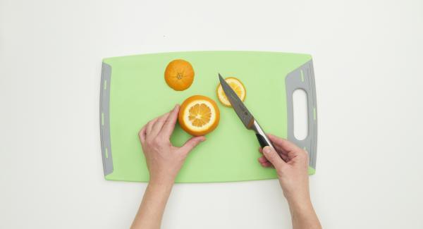 Sbucciare le banane e le arance e tagliarle a fettine o a cubetti con l'aiuto del Coltello Universale. Lavare e tagliare anche le fragole, l'uva e le mele.