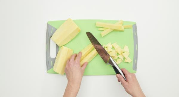 Pulire l'ananas con il Coltello Santoku e tagliarla a dadini.