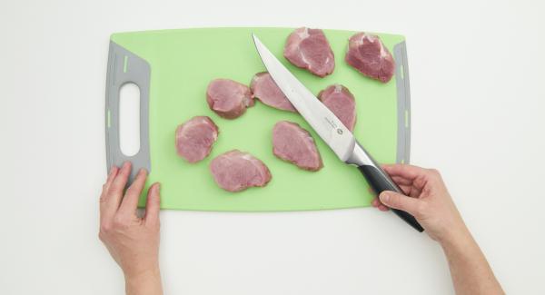 Rimuovere il grasso dal filetto di maiale e dai tendini. Tagliare il pezzo di carne in otto pezzi, formando i medaglioni.