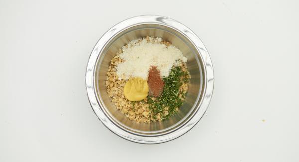 Aggiungere alle noci il parmigiano, la senape e l'olio. Aggiungere Pepe Trio e Intenso e mescolare bene.