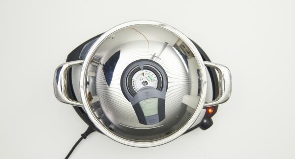 Al suono di Audiotherm, inserire i medaglioni, mettere il coperchio e abbassare Navigenio a livello 2. Rosolare i medaglioni fino a raggiungere il punto di girata a 90°C, con l'aiuto di Audiotherm.