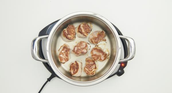 Quindi togliere il coperchio, girare la carne, riposizionare il coperchio e rosolare il secondo lato fino a raggiungere nuovamente i 90°C.