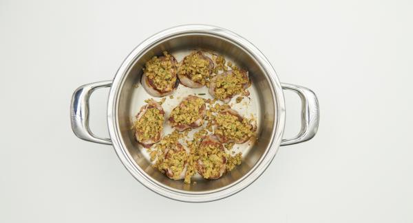Disporre l'impasto di noci su ogni medaglione con l'aiuto di due cucchiaini.