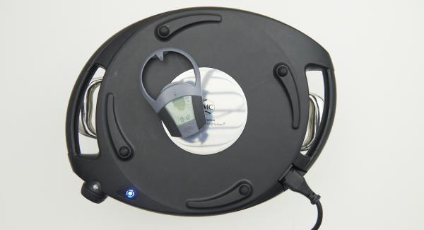 Mentre la spia lampeggia, inserire un tempo di 12 minuti su Audiotherm e gratinare i medaglioni.
