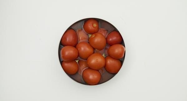 Versare dell'acqua bollente sui pomodori, raffreddarli in acqua fredda, pelarli e tagliarli a cubetti.