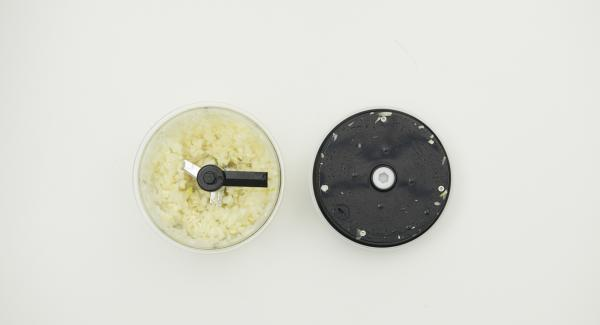 Pelare le cipolle e l'aglio e tritarli finemente nel Tritamix.
