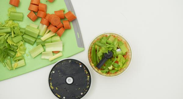 Pelare le carote, mondare i peperoncini e il sedano e tagliare tutto a cubetti. Poi tritare nel Tritamix.